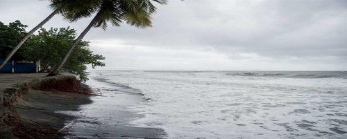 """شاهد.. ماذا فعلت العاصفة """"ميكونو"""" في شواطئ عمان؟"""