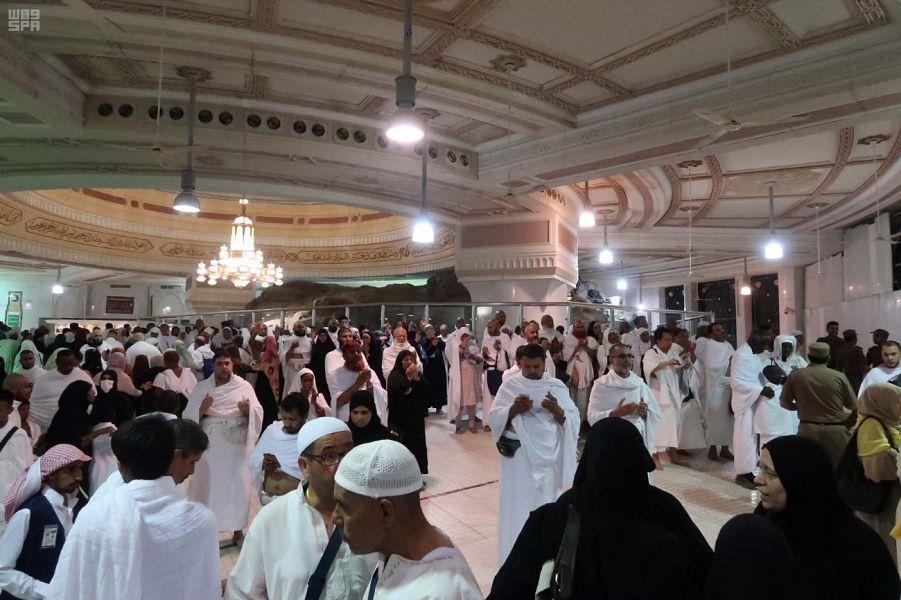 المصلون يؤدون صلاة أول تراويح في المسجد الحرام