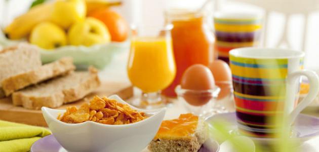 ماذا يجب أن يأكل الطفل في وجبة الإفطار؟