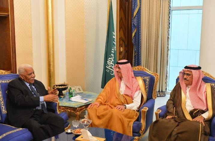 العواد يبحث تعزيز العلاقات مع وزير الإعلام السوداني