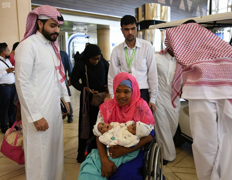 بالصور: بتوجيه من خادم الحرمين.. وصول التوأم السيامي التنزاني ميلنيس و أنيسيا إلى الرياض