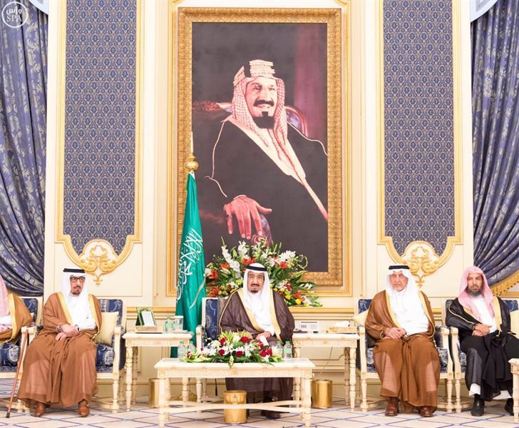 بالصور.. خادم الحرمين الشريفين يستقبل العلماء والأمراء والمواطنين في قصر السلام
