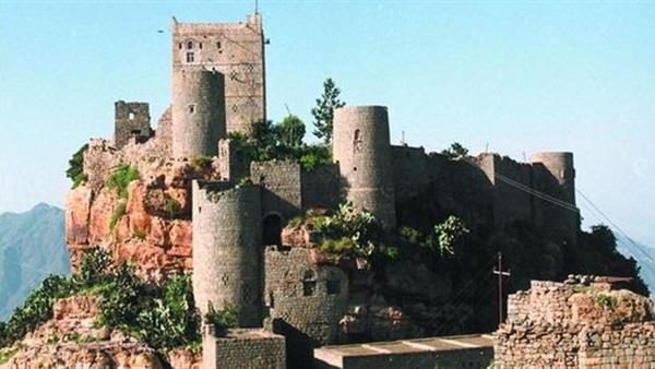 المقاومة الشعبية اليمنية تطهر قلعة تاريخية بتعز