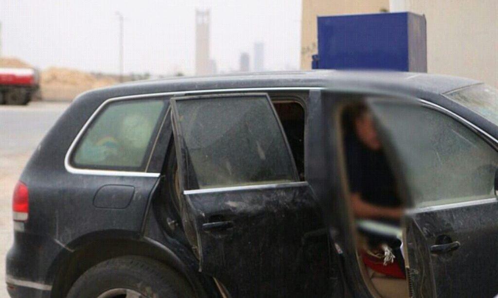 بالصور.. مسن يعيش في سيارته وحيداً بمحطة وقود.. والعمل تتفاعل