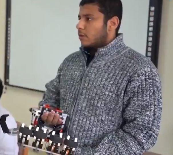 شاهد.. طالب ثانوية بمكة يبتكر يداً آلية لمساعدة مرضى الشلل