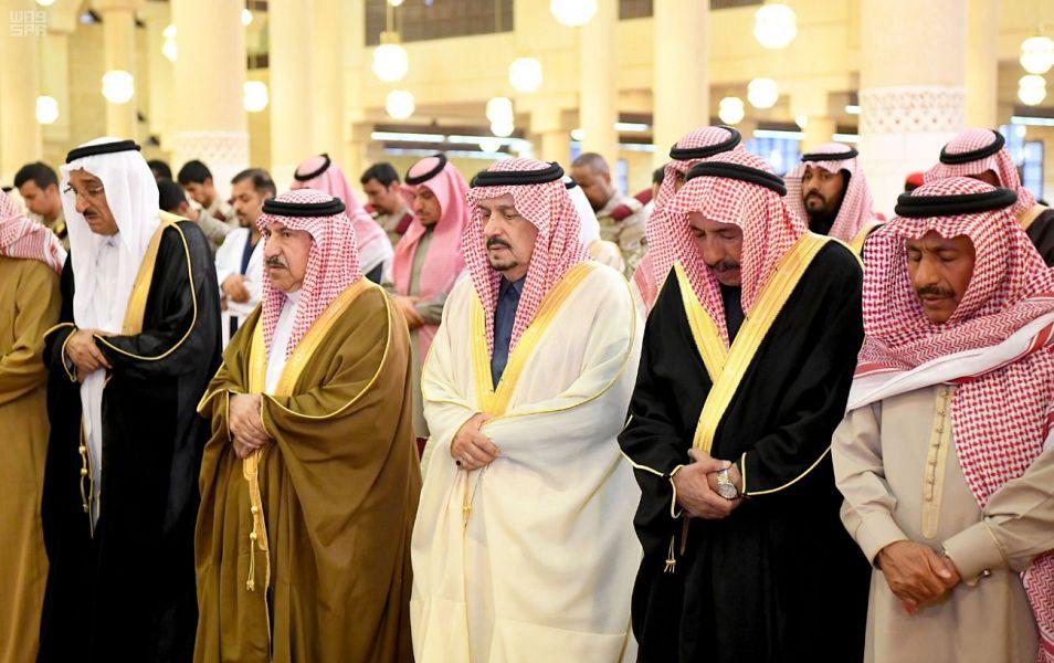أمير الرياض يؤدي صلاة الميت على الأميرة جواهر