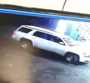 شاهد.. لحظة سرقة سيارة تركها السائق قيد التشغيل أمام مجمع تجاري بنجران