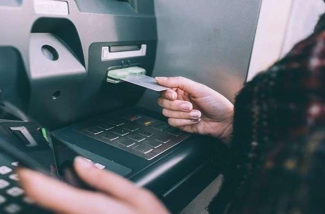 مواطنة تحول 100 ألف ريال لمقيم بالخطأ فيرسل لها بطاقة الصراف