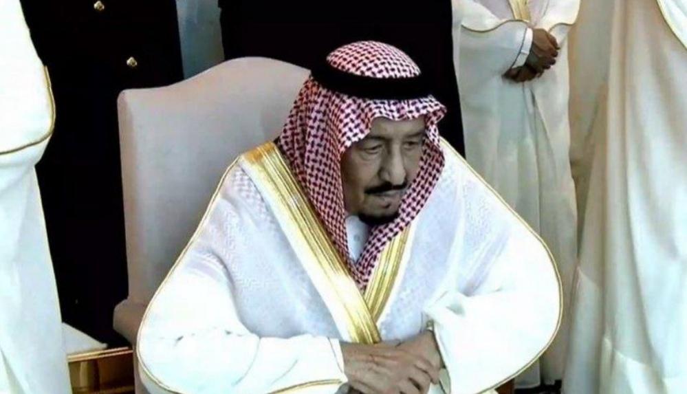 شاهد.. خادم الحرمين الشريفين يؤدي صلاة عيد الفطر مع جموع المصلين بالمسجد الحرام
