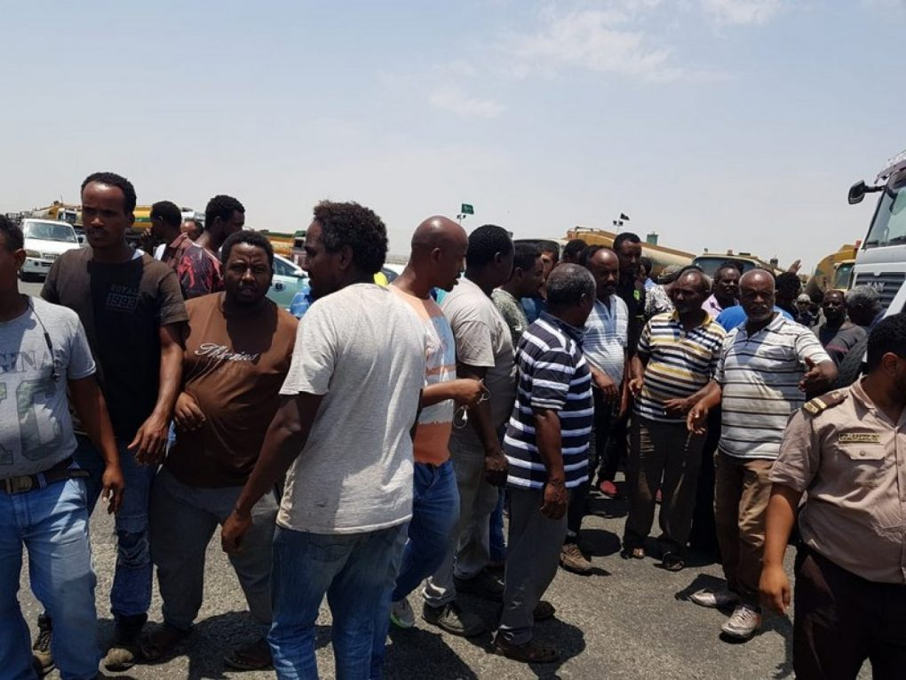 دوريات الأمن تمنع تجمهر 70 قائد صهريج صرف صحي بـ«خمرة جدة»