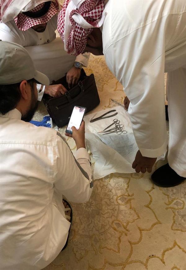 """الإطاحة بشخص انتحل صفة طبيب شعبي ومارس """"الختان"""" بطريقة مخالفة في مكة"""