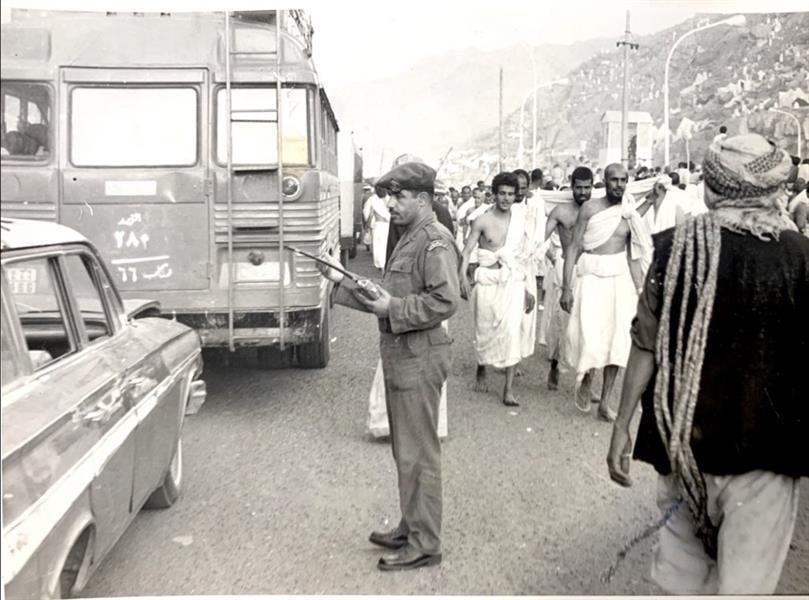 شاهد.. صور نادرة لوالد المتحدث باسم مركز 911 خلال مشاركته في خدمة الحجاج قبل 45 عاماً