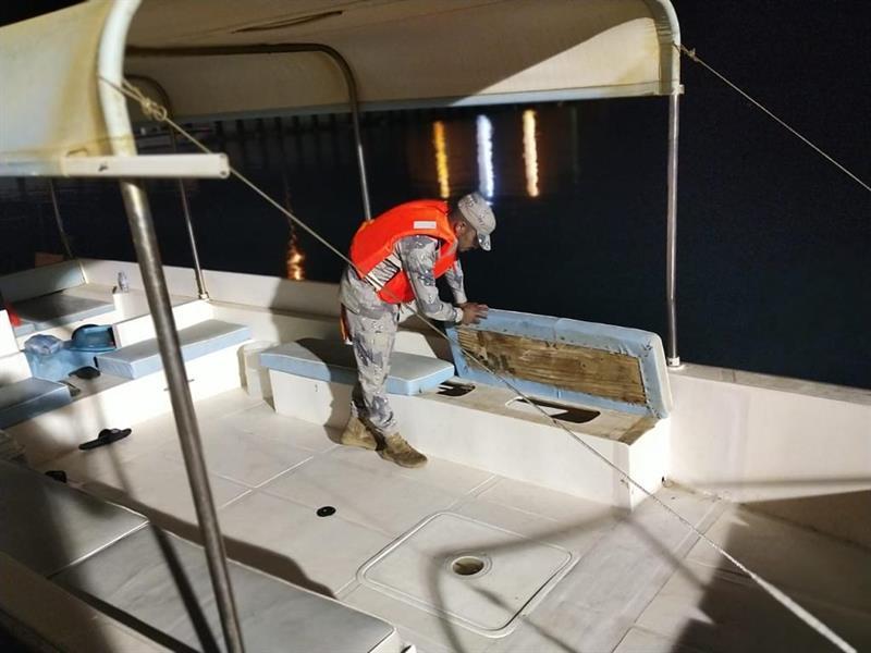 إنقاذ 4 أشخاص تعطّل قاربهم في عرض البحر بينبع
