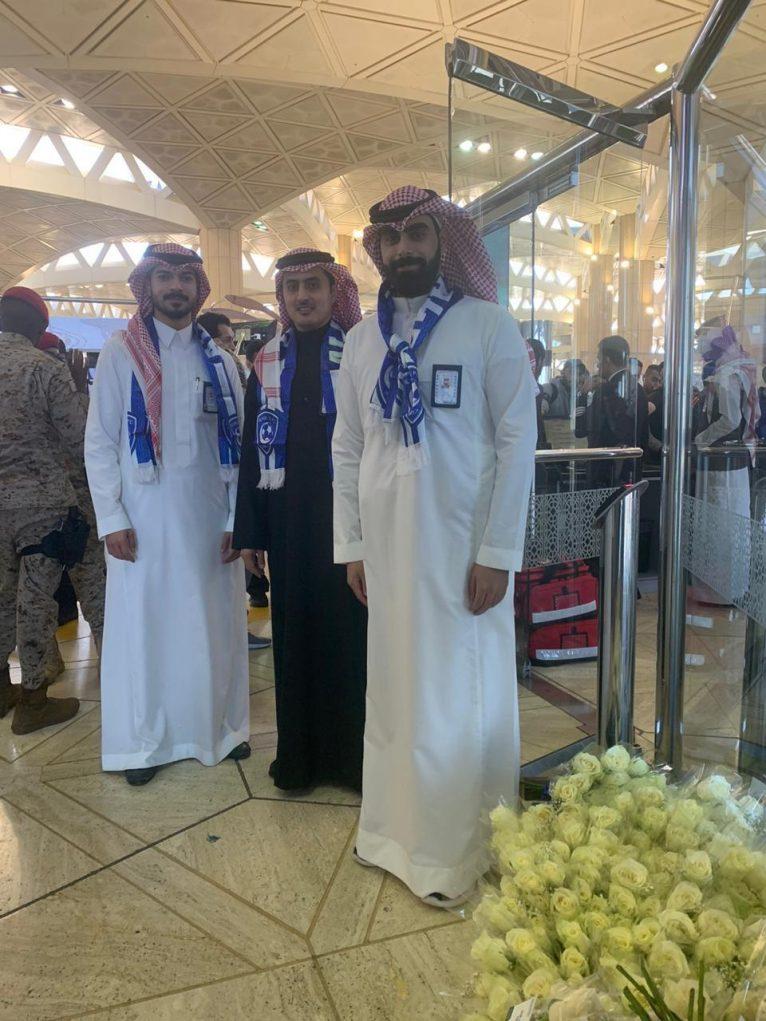 """مطار الملك خالد بـ """"الرياض"""" يودّع جماهير الهلال بالورود والهدايا"""