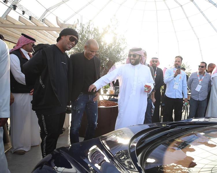 """آل الشيخ يدشن سيارة 2030 المصنعة خصيصاً لـ""""موسم الرياض"""""""