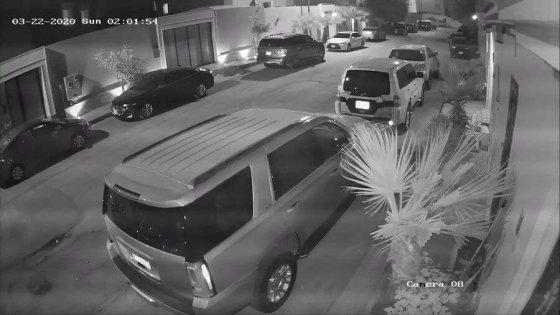شاهد : مركبة تعبر حي سكني في الرياض بسرعة جنونية