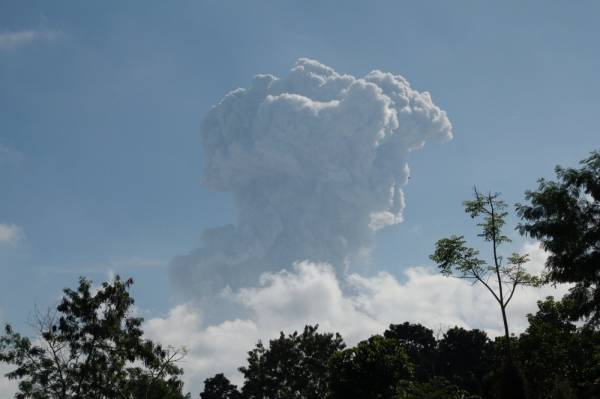 شاهد.. بركان ميرابي في إندونيسيا يقذف رمادًا على ارتفاع ستة الآف متر