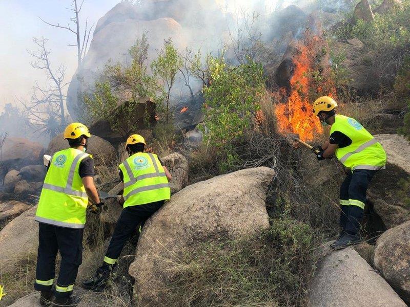 السيطرة على حريق اندلع في جبل ضرم بعسير