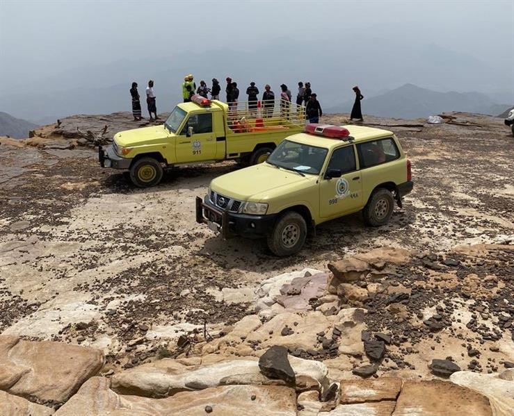 بالصور.. مدني جازان ينقذ مواطناً سقط من أعلى جبل القهر
