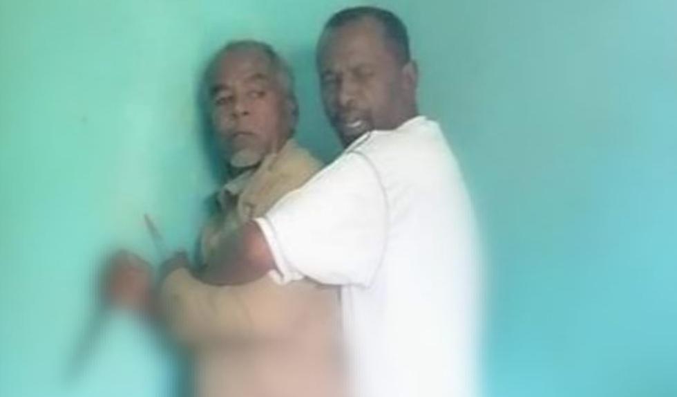 شاهد.. لحظة اقتحام لجان المقاومة لمكتب ضابط سوداني.. وهذا مافعله الأخير