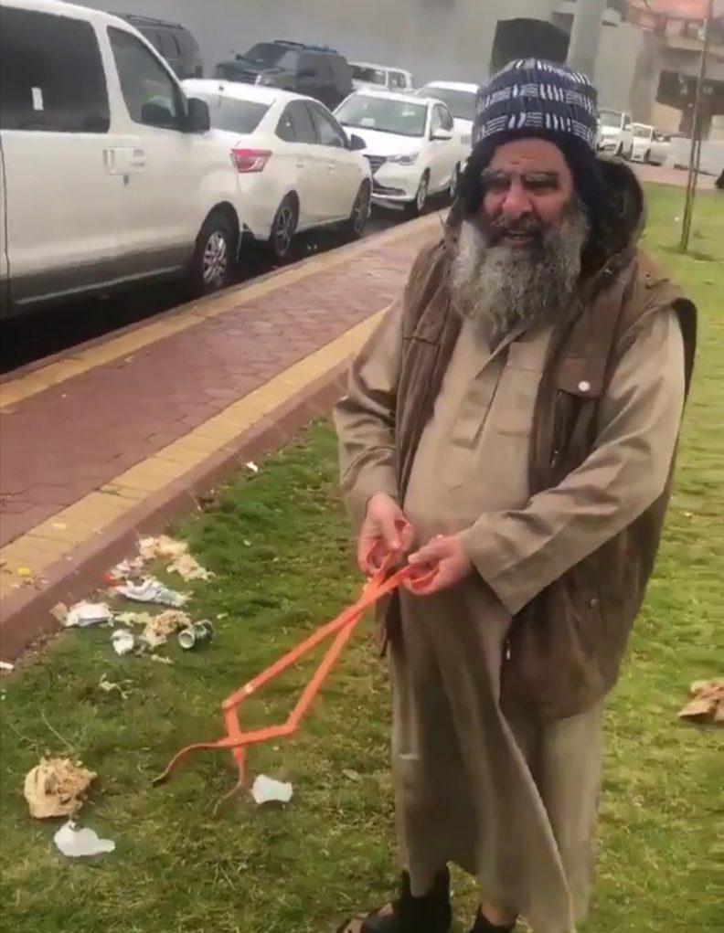 فيديو.. مشهد مثير لمسن ينظف إحدى الأماكن العامة في أبها