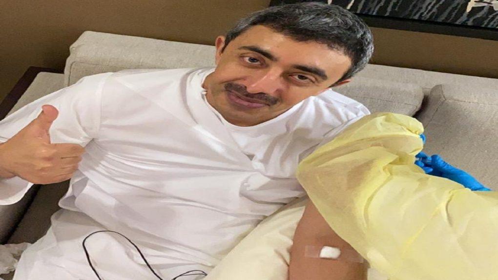 وزير الخارجية الإماراتي يتلقى لقاح كورونا