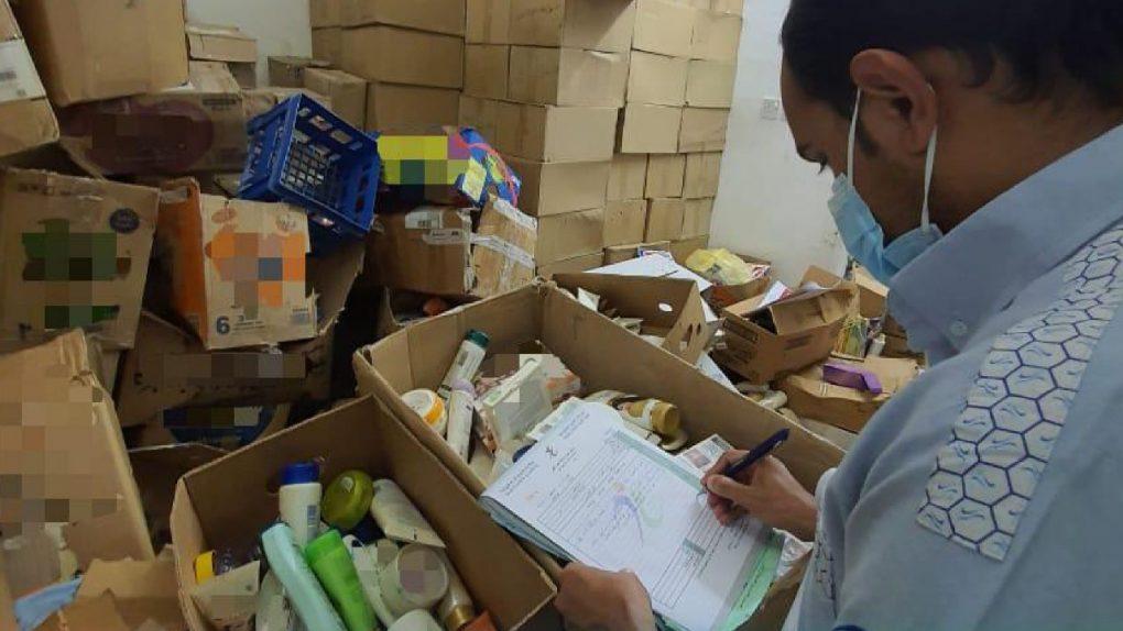 ضبط شقتين تخزنمنتجات تجميلية مخالفة ومنتهية الصلاحية في الرياض
