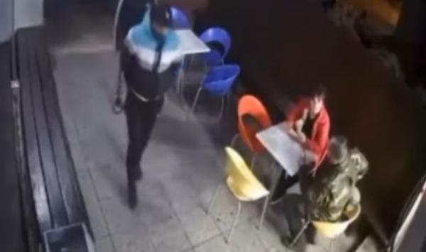 شاهد.. شرطي يتبادل اطلاق النار مع لصين.. وابنه منشغل بـ آيس كريم
