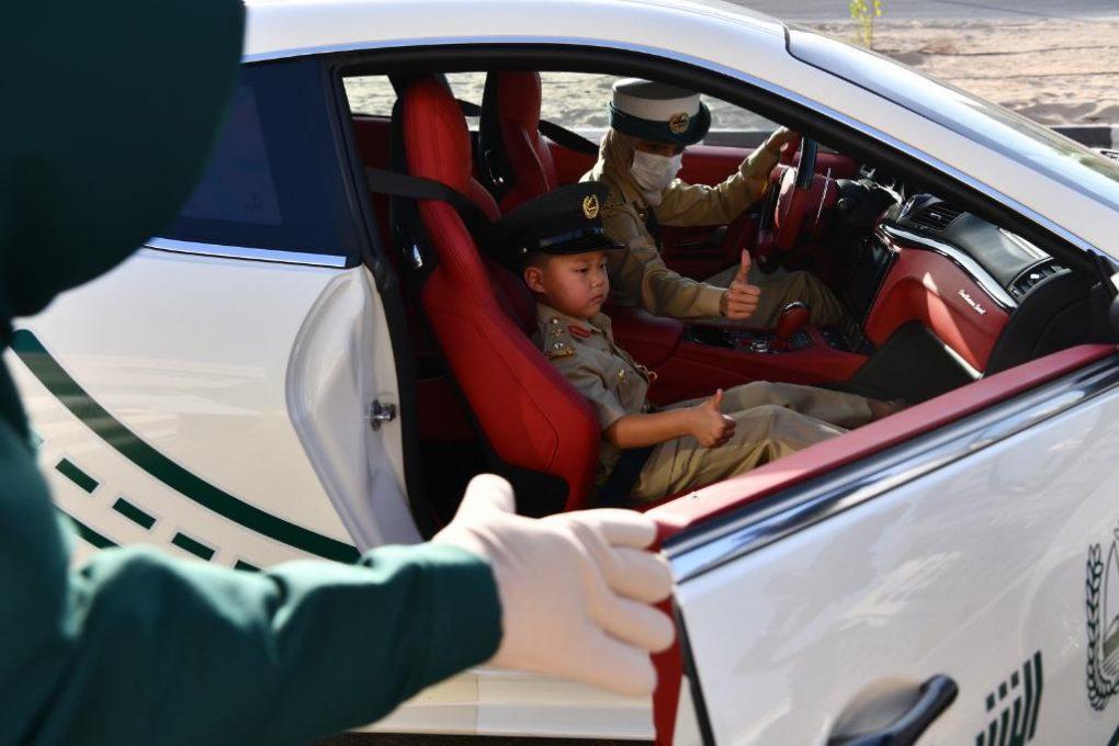 """صور.. """"شرطة دبي"""" تحقق أمنية طفل وتصطحبه في جولة بإحدى دورياتها الفارهة"""