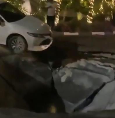 شاهد.. سقوط سيارة في حفرة أحدثها هبوط أرضي بالخبر