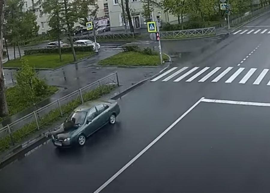 شاهد.. روسية تعاقب شاباً بجولة في الهواء البارد
