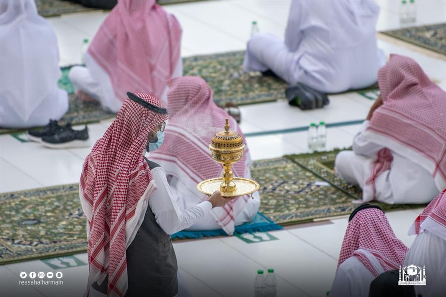 شؤون الحرمين تطيّب المسجد الحرام وتوزع هدايا العيد على المصلين