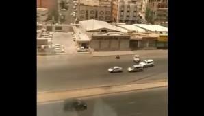 شرطة مكة تبحث عن شابين حاولا دهس قائد دراجة نارية (فيديو)