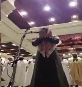 شاهد..  أحد المصلين يصرخ أثناء الدعاء بصلاة التراويح