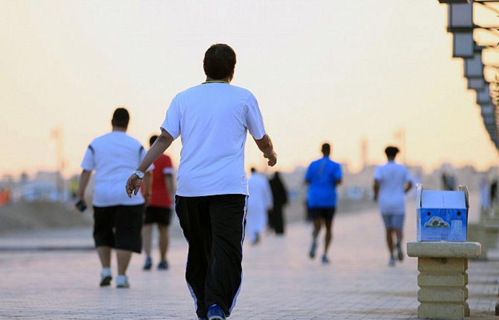 دراسة: المشي والتثاؤب يجعلانك أكثر سعادة