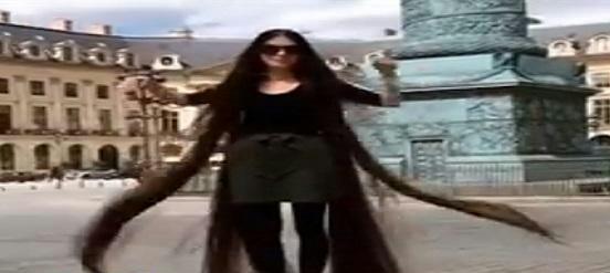 فيديو.. فتاة تستعرض شعرها المذهل بأحد الميادين.. وهذا رد فعل المارة