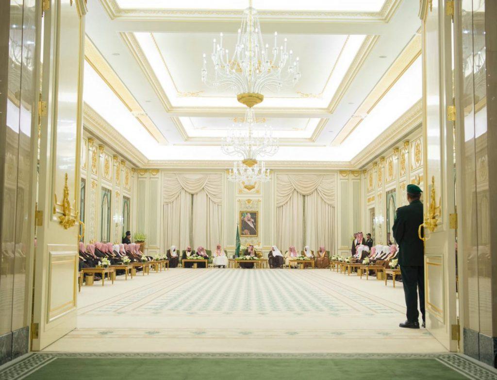 خادم الحرمين يستقبل المفتي واللجنة الدائمة وكبار العلماء وأئمة الحرمين (صور)