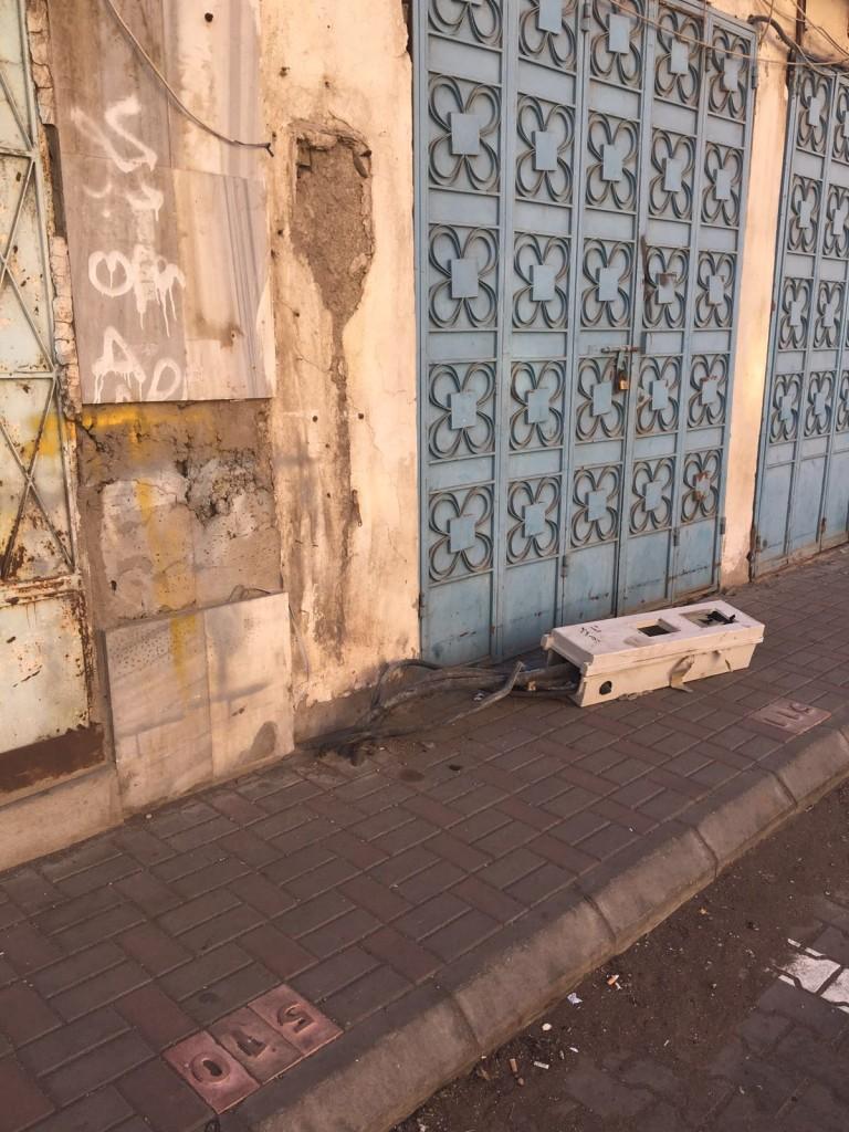 بالصور .. عداد كهرباء ملقى على الأرض في جدة