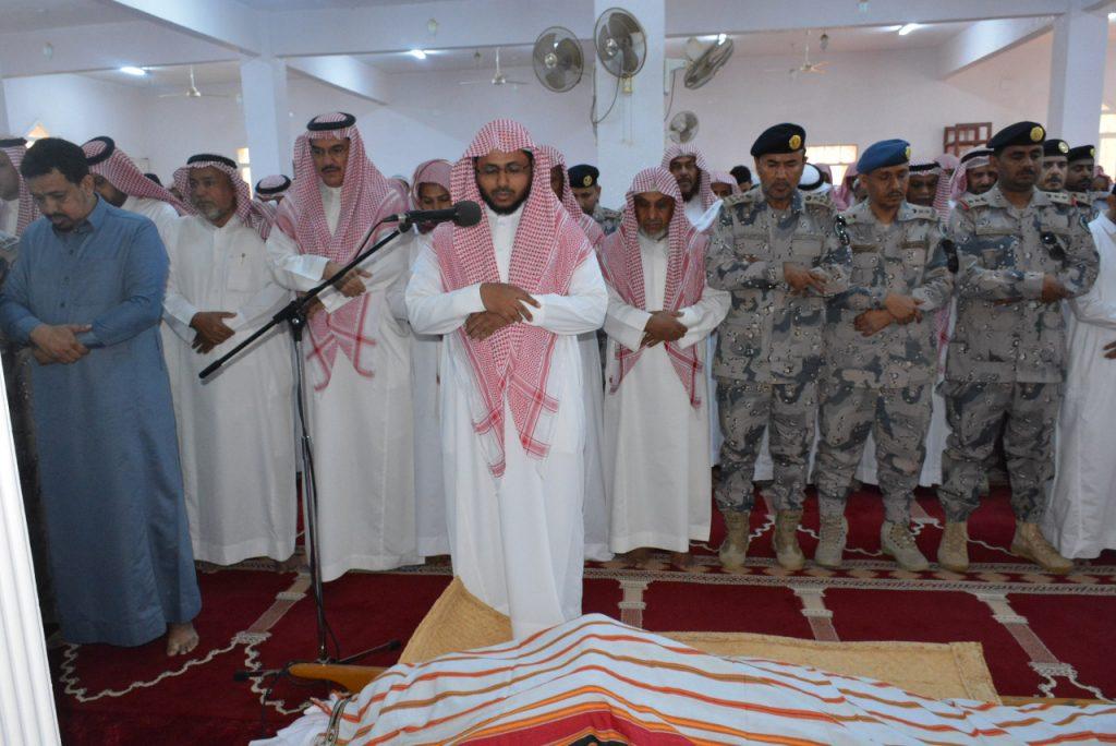 """محافظ الطوال يؤدي صلاة الميت على الشهيد جندي أول """"الحمدي"""""""