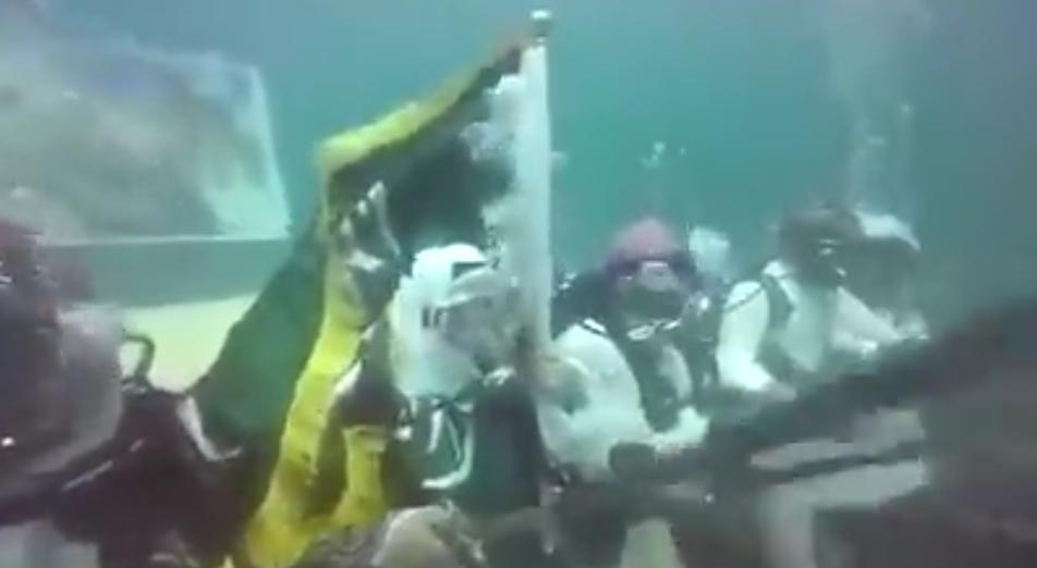 """شاهد.. سعوديون يؤدون """"العرضة"""" تحت الماء احتفالا باليوم الوطني"""