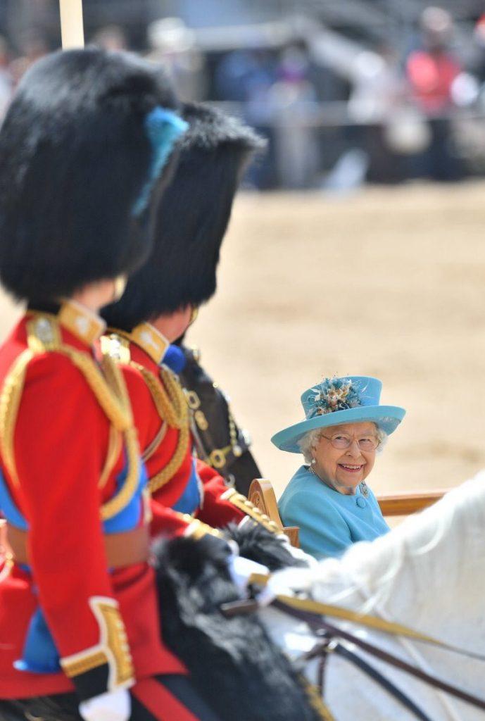 """شاهد.. الملكة إليزابيث تحتفل بعيد ميلادها الـ92.. و""""ميجان"""" تخطف الأنظار"""