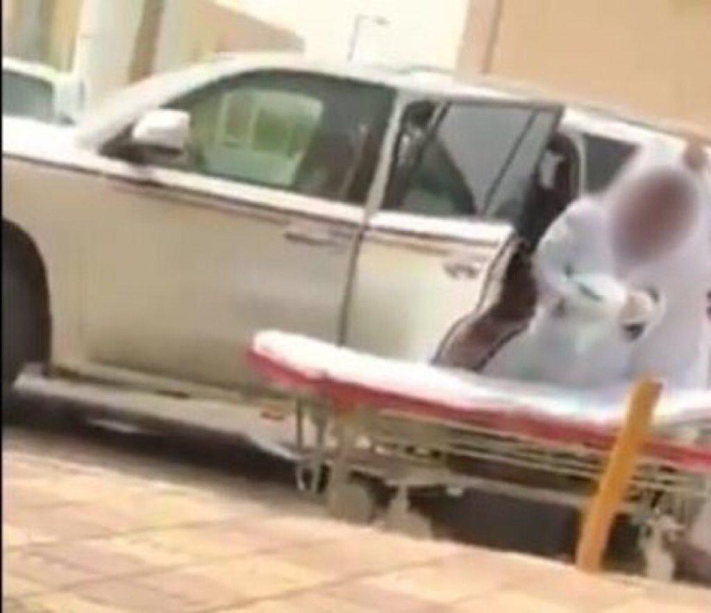 """فيديو.. سيدة تضع مولودها داخل سيارة زوجها بعدما رفض مستشفى استقبالها.. و""""صحة جازان"""" تعلق"""
