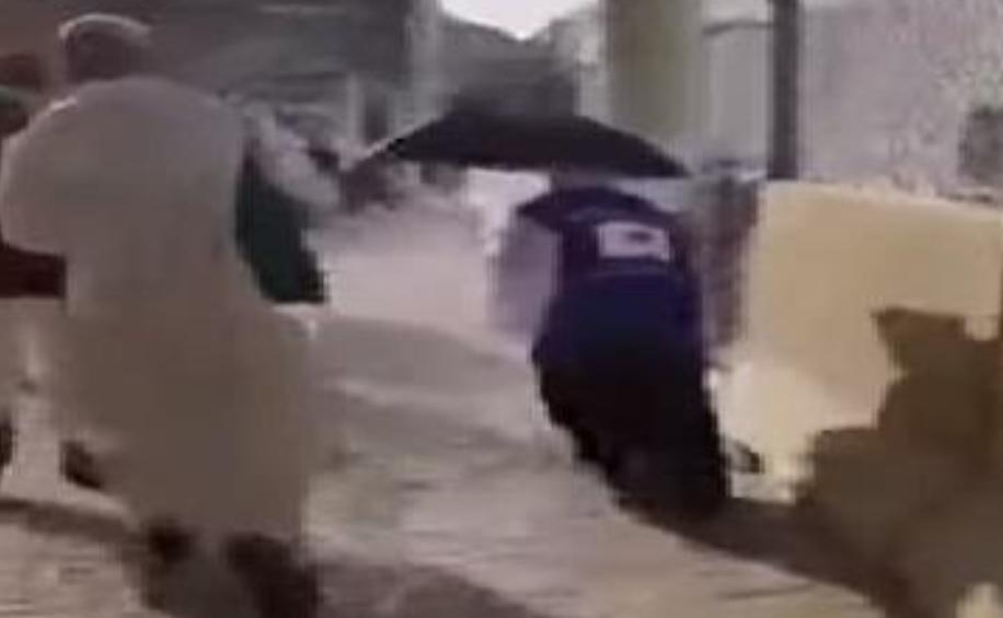 شاهد.. حاجان يابانيان يلتقطان المخلفات من الطرقات خلال سيرهما في مكة لإماطة الأذى