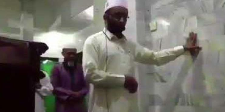 شاهد.. إمام مسجد يصر على استكمال صلاته رغم وقوع زلزال عنيف