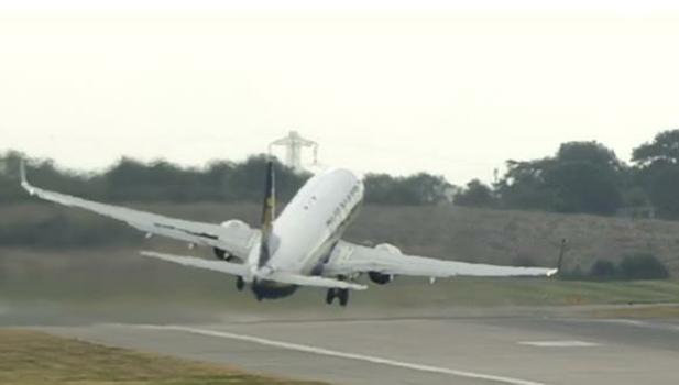بالفيديو: تأرجح طائرة أثناء إقلاعها.. وهكذا أنقذ الطيار الموقف!