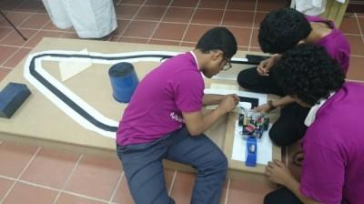 طلاب سعوديون يبتكرون سيارة إطفاء قادرة على تسلق المباني والقفز