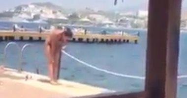 """شاهد: سائحة تصلي بـ""""المايوه"""" على شواطئ مصر.. و مدونون:تمرينات رياضية"""